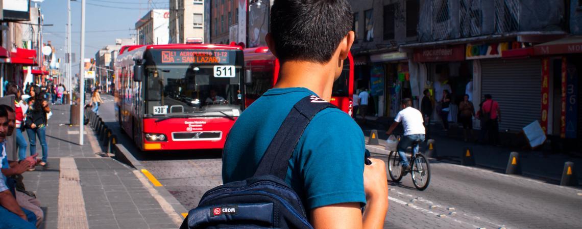 Hombre en la parada de bus, esperando un BRT